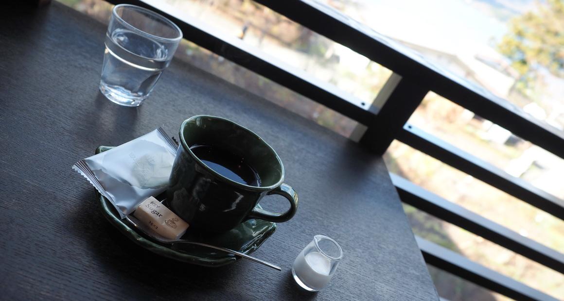 箱根_畔屋内_カフェ湖紋のスペシャルティコーヒー 畔屋ブレンドお菓子が付く