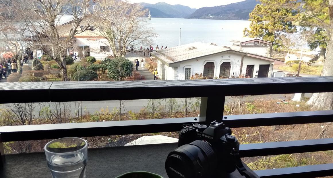 箱根_畔屋内_カフェ湖紋の窓側席からの眺め