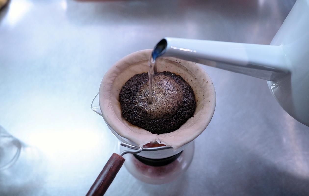 珈琲丸のエチオピア イルガチェフG1 ナチュラルの抽出はネルドリップ_抽出開始