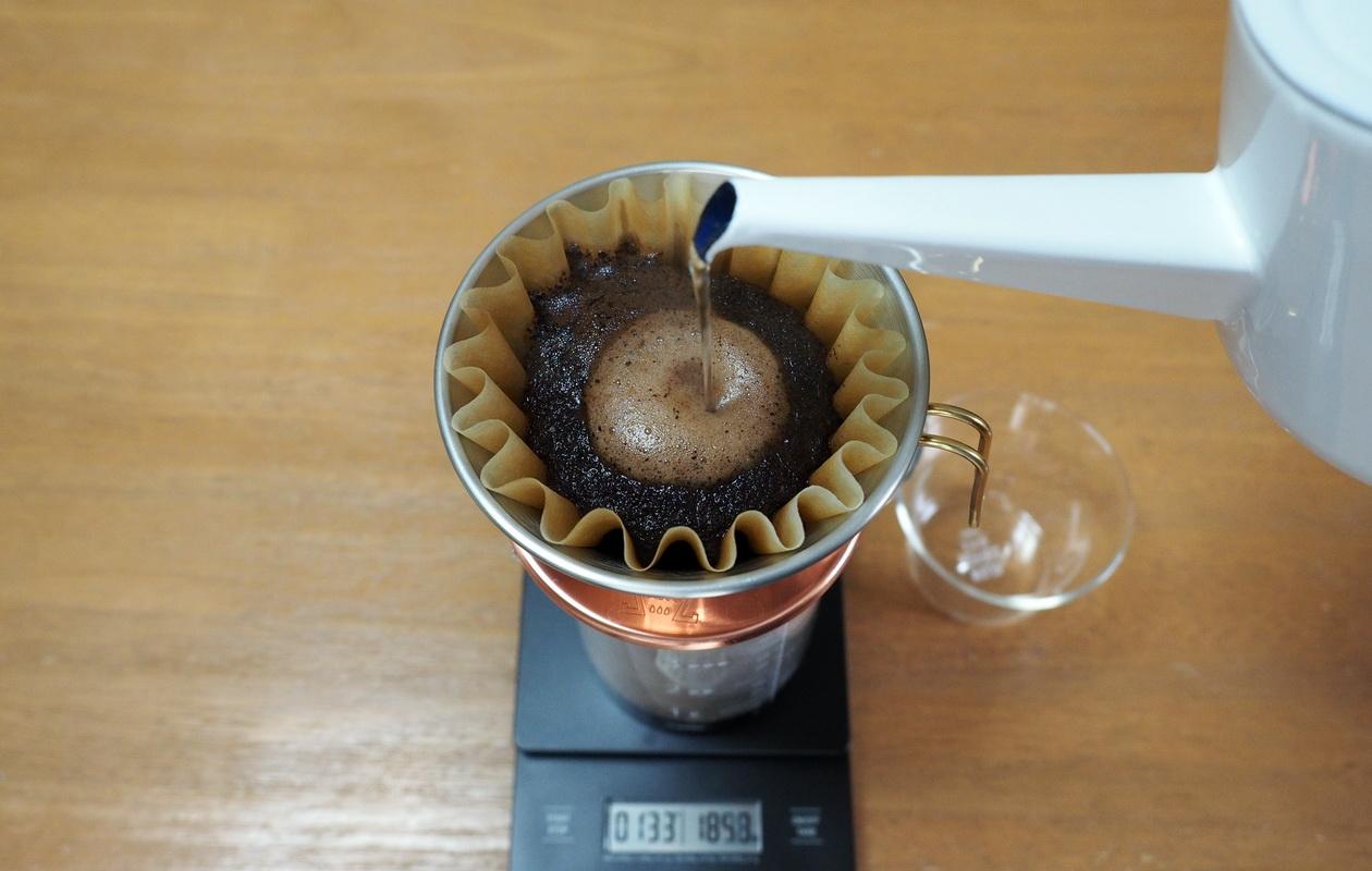 珈琲丸のコーヒー『ウガンダ ブギシュ ティピカAA』の抽出はカリタウェーブで_抽出中
