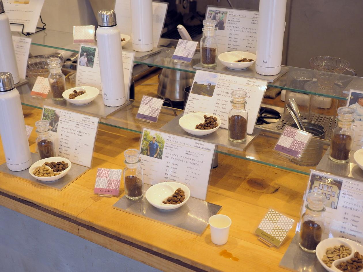 Tsukikoya中華街店のディスプレイ_取扱いのコーヒー豆を見ながらボトルに入ったコーヒーを試飲できる