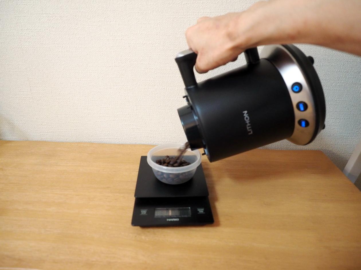 ホームロースターRT-01にて焙煎後は容器にさっと移す感じ