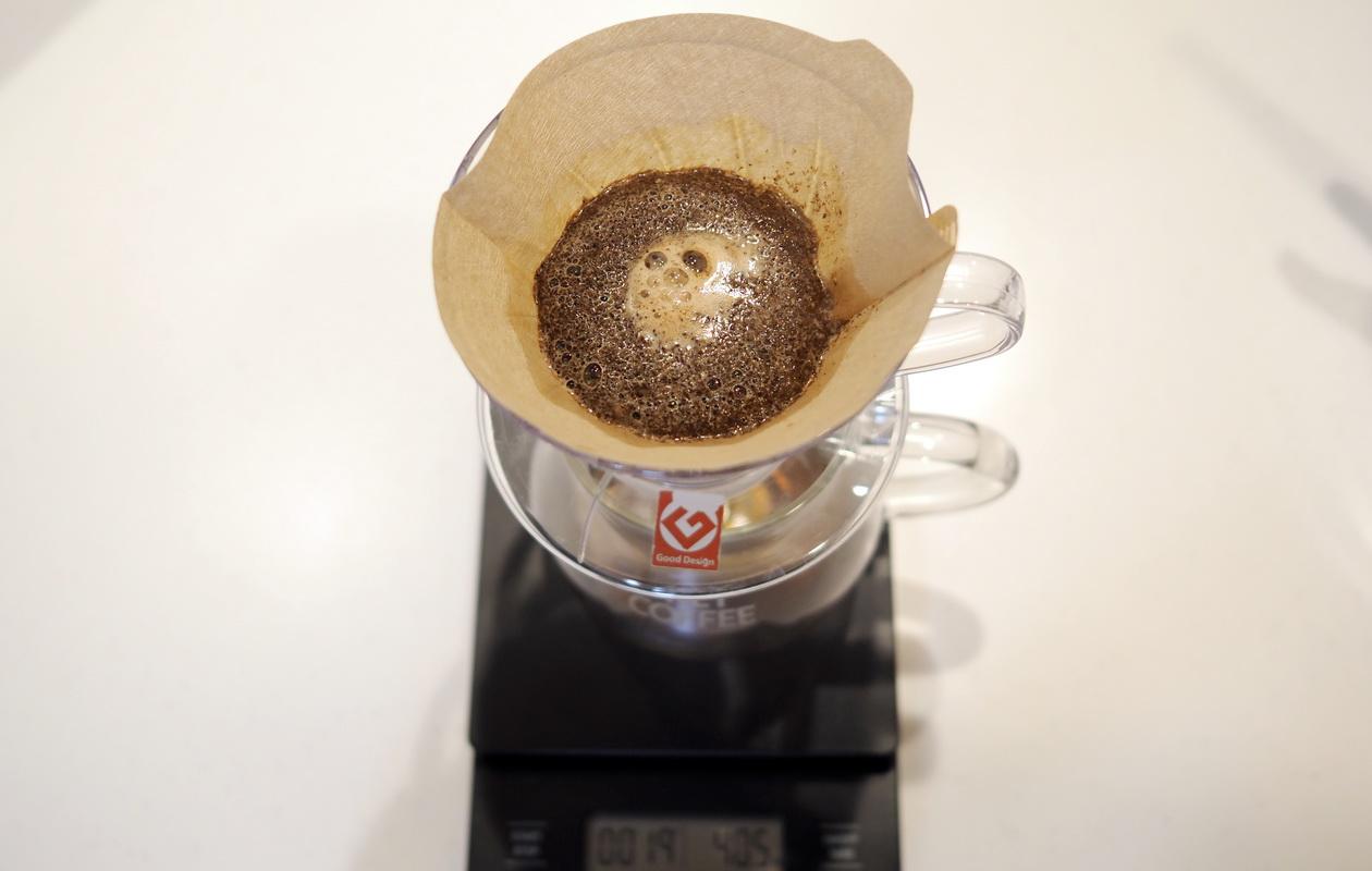 仙台のカフェ デアストア(darestore)のコーヒー_ブラジル サンタカタリーナ農園を蒸らし中_V60使用