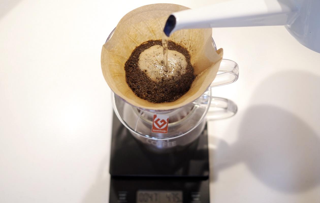 仙台のカフェ デアストア(darestore)のコーヒー_ブラジル サンタカタリーナ農園のドリップ開始_V60使用