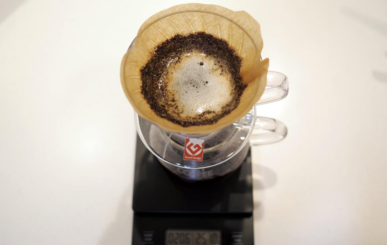 仙台のカフェ デアストア(darestore)のコーヒー_ブラジル サンタカタリーナ農園のドリップ中_V60使用