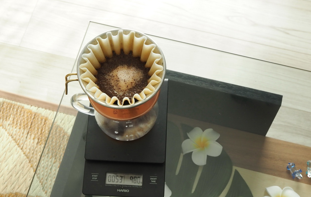 Croaster Select Coffeeのルワンダ カリシンピをハンドドリップで抽出中
