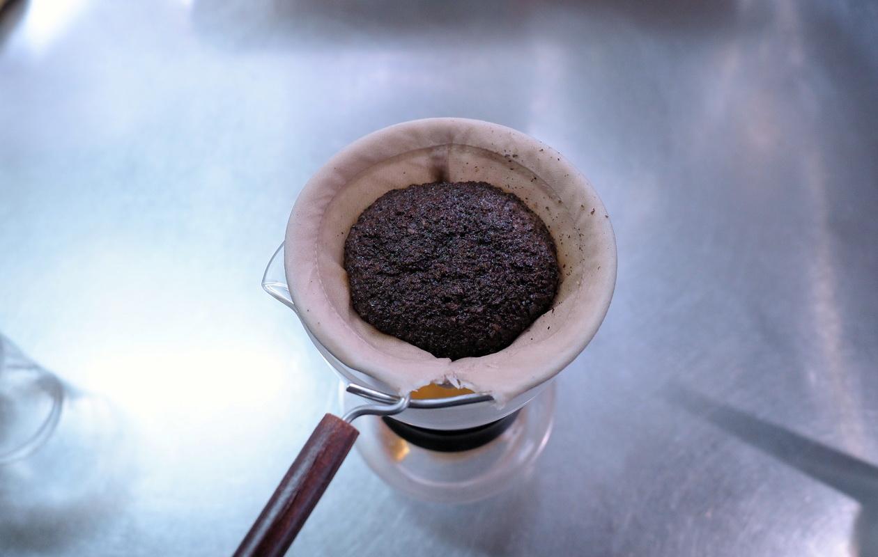 珈琲丸のエチオピア イルガチェフG1 ナチュラルの抽出はネルドリップ_蒸らし中