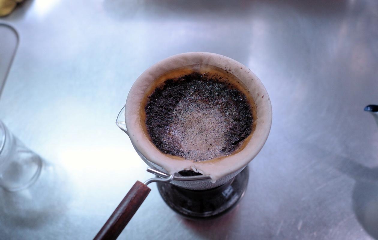 珈琲丸のコーヒー『エチオピア イルガチェフG1 ナチュラル』の抽出はネルドリップ_抽出終了間際