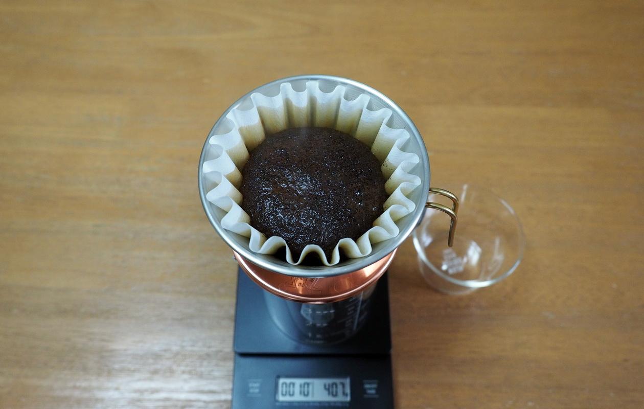 珈琲丸のコーヒー『ウガンダ ブギシュ ティピカAA』の抽出はカリタウェーブで_蒸らし中