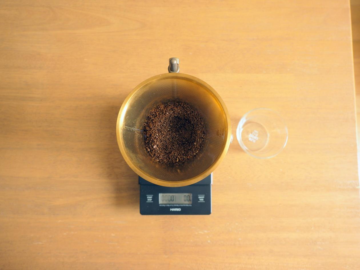 コーヒー_Tukikoyaのケニヤ エンデベス農園 ナチュラル_KINTOの金属フィルターでドリップ