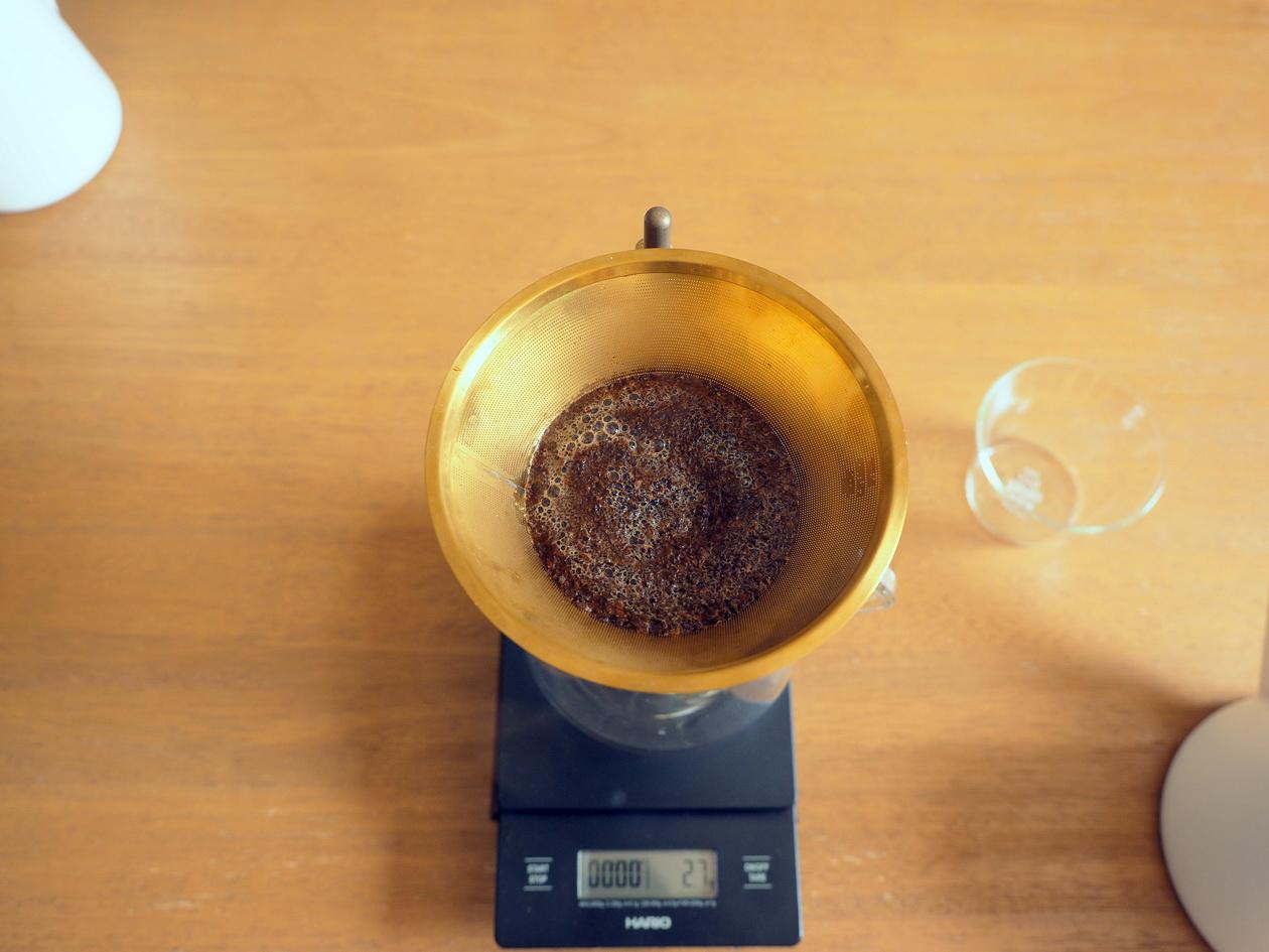 コーヒーを蒸らし中_Tukikoyaのケニヤ エンデベス農園 ナチュラル_KINTOの金属フィルターでドリップ