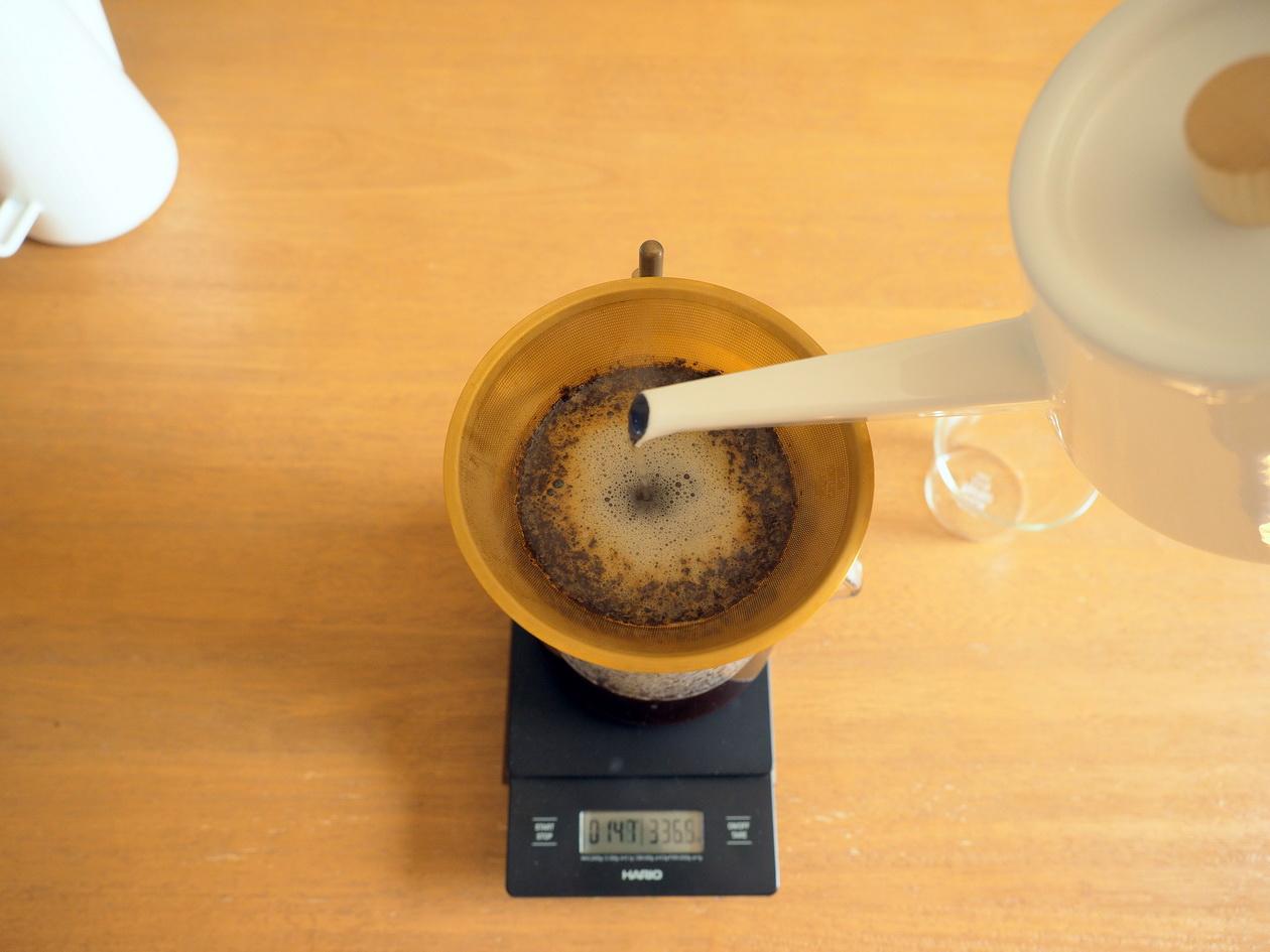 コーヒー抽出終盤_Tukikoyaのケニヤ エンデベス農園 ナチュラル_KINTOの金属フィルターでドリップ
