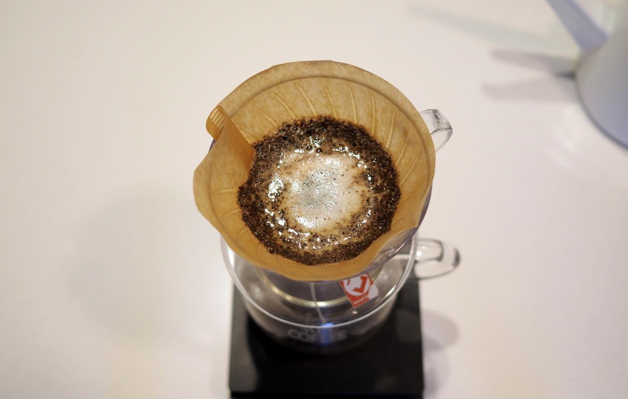 仙台のカフェ デアストア(darestore)のコーヒー_エチオピア ウォルカバンコゴティティをV60でドリップ_抽出中